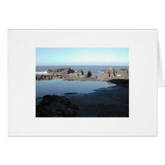 Praia rochosa. Vista litoral cénico Cartão