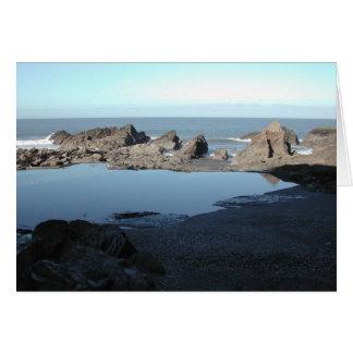 Praia rochosa. Vista litoral cénico Cartão De Nota