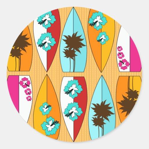 Prancha no tema da praia do verão do passeio à adesivos em formato redondos