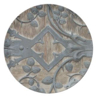 Prato De Festa Fechamento medieval do ferro na porta de madeira