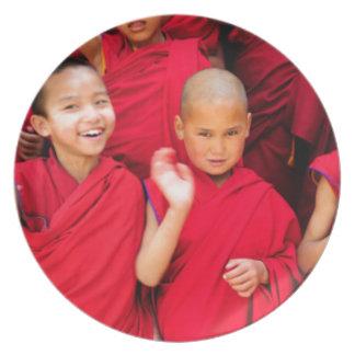 Prato Monges pequenas em vestes vermelhas