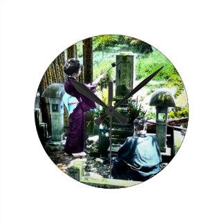 Praying aos antepassados no vintage velho de Japão Relógio Redondo
