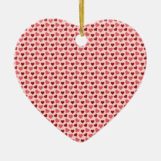 Presentes cor-de-rosa e vermelhos do teste padrão ornamento de cerâmica coração