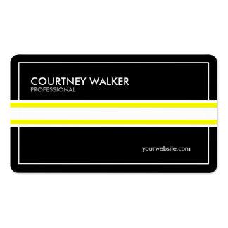 Preto corajoso com os cartões de visitas amarelos