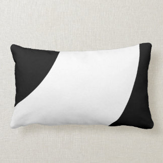 Preto e branco bonito travesseiro de decoração
