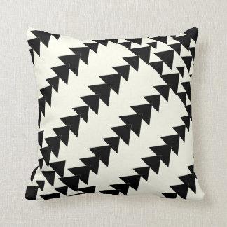Preto & fora do teste padrão geométrico do travesseiros de decoração