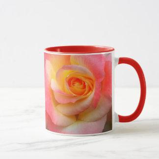 Produtos alaranjados, amarelos, e do rosa do rosa caneca