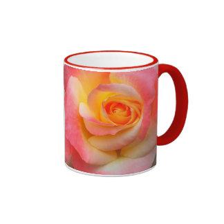 Produtos alaranjados, amarelos, e do rosa do rosa  caneca com contorno