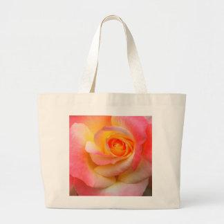 Produtos alaranjados, amarelos, e do rosa do rosa  bolsas para compras