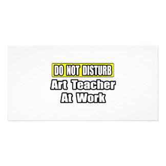 Professor de arte no trabalho cartão com foto