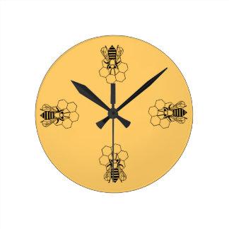 Pulso de disparo - abelha do mel no pente relógio redondo