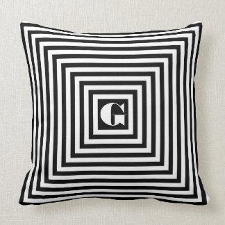 Quadrados preto e branco do monograma travesseiro de decoração