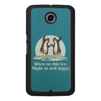 Quando no design engraçado dos pinguins finos do capa de madeira para telefone
