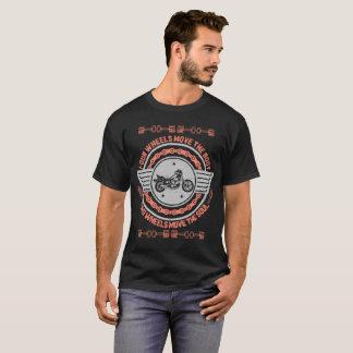 Quatro rodas movem o t-shirt das rodas do corpo