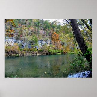 Queda ao longo do rio atual poster