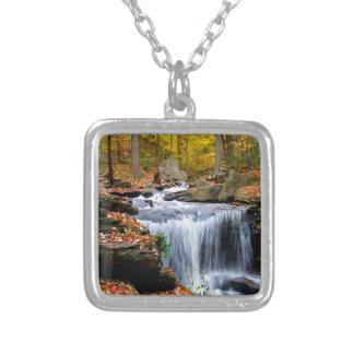 Quedas do outono da água colar com pendente quadrado
