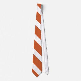 Queimado laço alaranjado e branco da listra da gravata