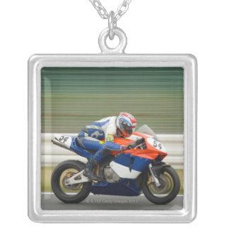 Raça da motocicleta colar banhado a prata