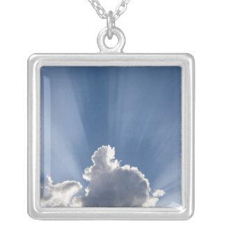 Raia crepuscular ou do deus dos raios após a nuvem colar banhado a prata