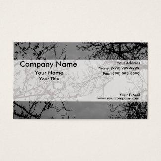 Ramos de árvore em um céu escuro cartão de visitas
