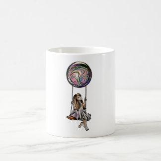 Rapariga lunática que balança na esfera roxa caneca de café