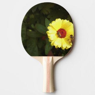 Raquete De Ping Pong Flor amarela bonita com abelha pequena
