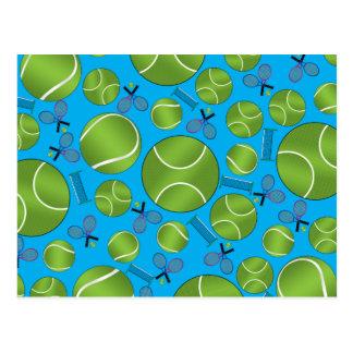 Raquetes e redes das bolas de tênis dos azul-céu cartao postal