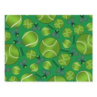 Raquetes e redes verdes das bolas de tênis cartao postal