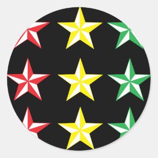 Rasta & estrelas pretas adesivo em formato redondo