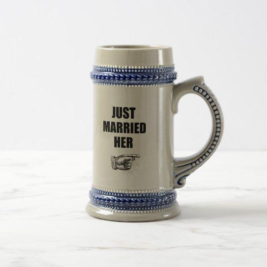 Recem casados ela caneca de cerveja