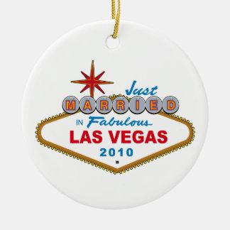 Recem casados em Las Vegas fabuloso 2010 Ornamento De Cerâmica Redondo