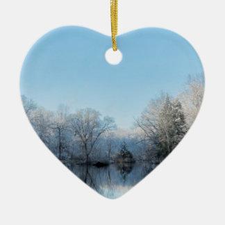 Reflexões nevado do lago tree do inverno ornamento de cerâmica coração