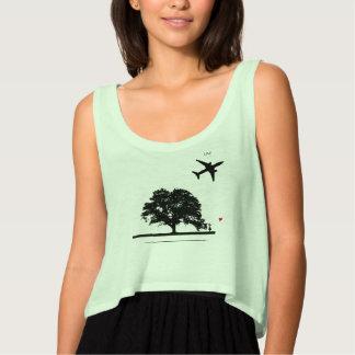 Regata Vôo plano sobre a camisola de alças da árvore