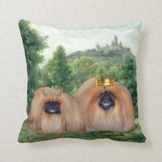 Rei & rainha de Pekingese com castelo ideal Almofada