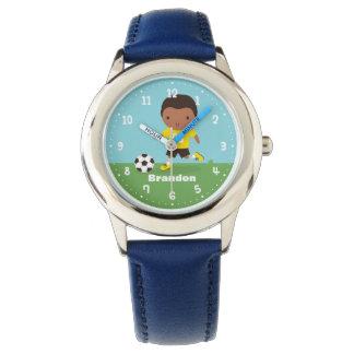 Relógio bonito do menino do jogador de futebol do