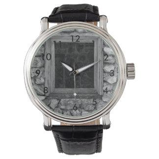 Relógio De Pulso Grayscale da janela da parede da rocha