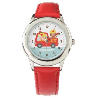 Relógio De Pulso Menino bonito do bombeiro no carro de bombeiros