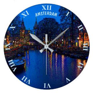Relógio Grande Canal romântico de Amsterdão na noite com barcos