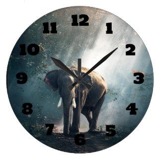 Relógio Grande Elefante asiático em um esclarecimento Sunlit da