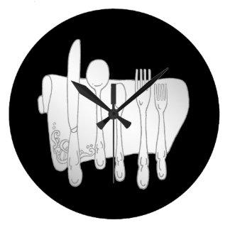 Relógio Grande Pratas cinzenta no pulso de disparo de parede