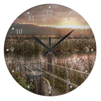 Relógio Grande Slough e montanhas no nascer do sol
