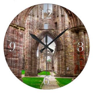 Relógio Grande Vista interior da abadia antiga Wales de Tintern,