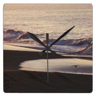Relógio Quadrado A praia do oceano acena a costa de Califórnia