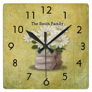 Relógio Quadrado Grunge verde bonito das flores brancas