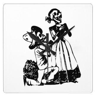 Relógio Quadrado Posada Cavalera que corteja o casal de esqueleto