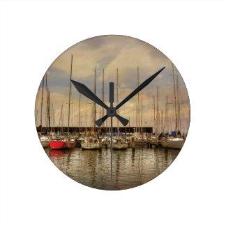 Relógio Redondo Barcos de vela no porto que espera o fim de semana