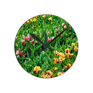 Relógio Redondo Campo com as tulipas cor-de-rosa e amarelas