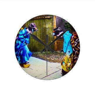 Relógio Redondo Dois gueixa o cumprimento uns outros quimonos