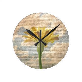 Relógio Redondo Flor do estilo do chique sobre a foto do céu azul