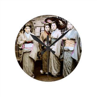 Relógio Redondo Gueixa bonita do vintage nos quimonos Japão velho